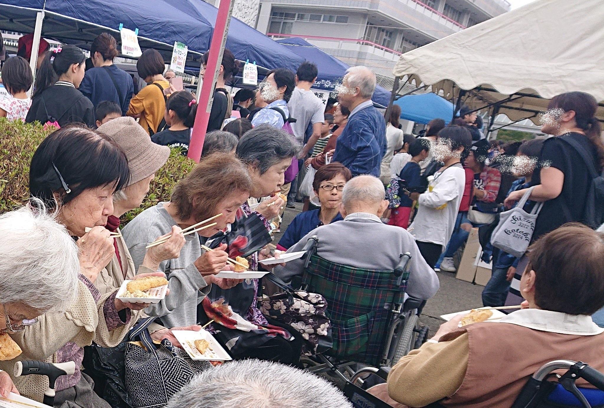 10(落合市民センター 開催の落合栗生地区祭り。大盛況で人の波に飲まれそうになりながら食べたい物はしっかり召し上がる高齢者さまたち。別に昼食もきっちり平らげます。これは日本が長寿社会になる訳だ、と納得してみたり。)